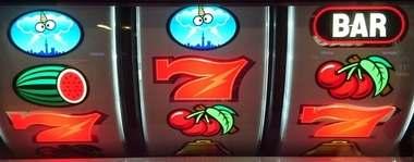 サンダーVリボルト リーチ目 下段赤7 ボーナス図柄一直線77BAR ボーナス図柄小山777 ゲチェナ